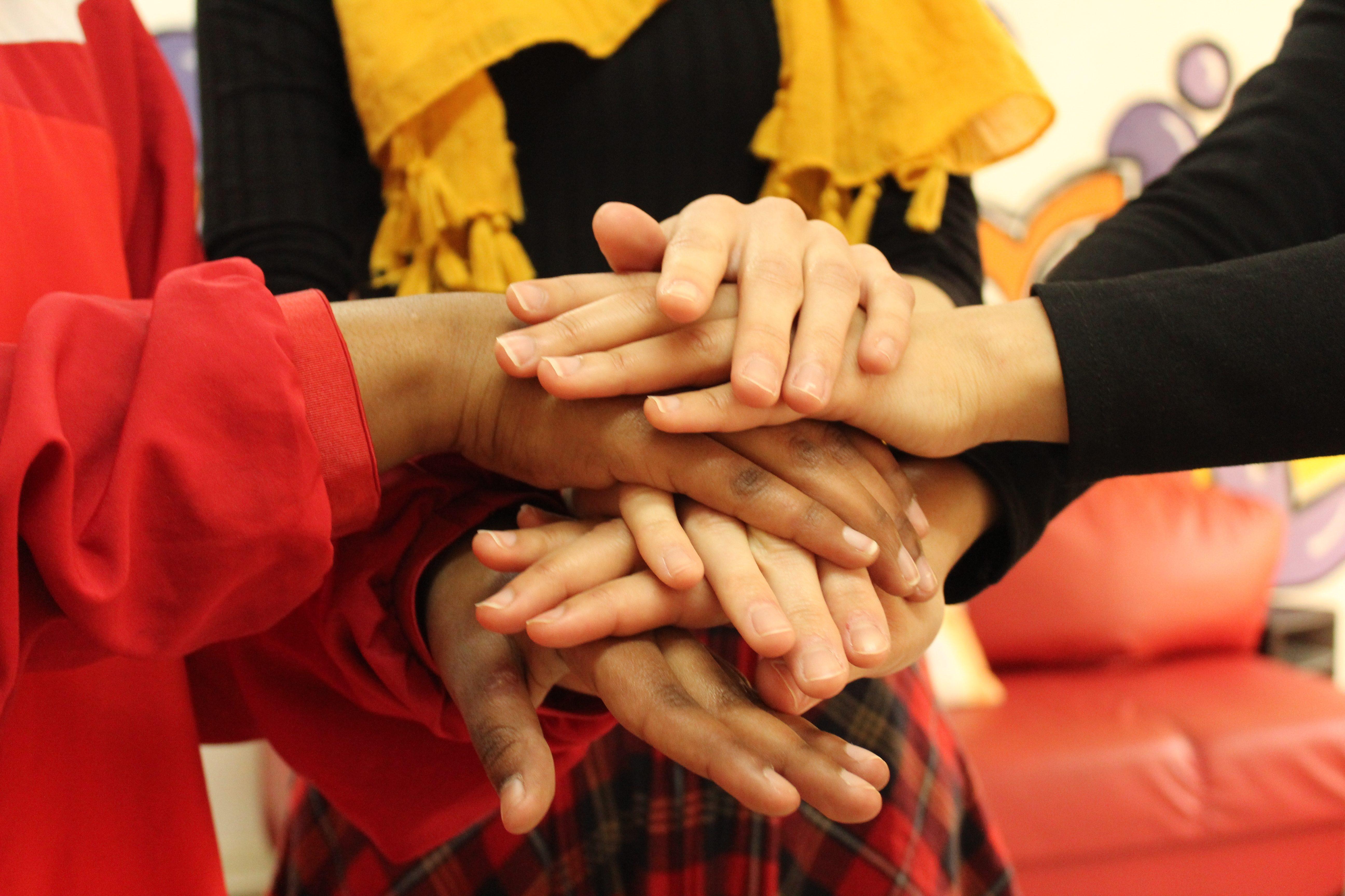 Abbildung Hände Gruppen Highfive