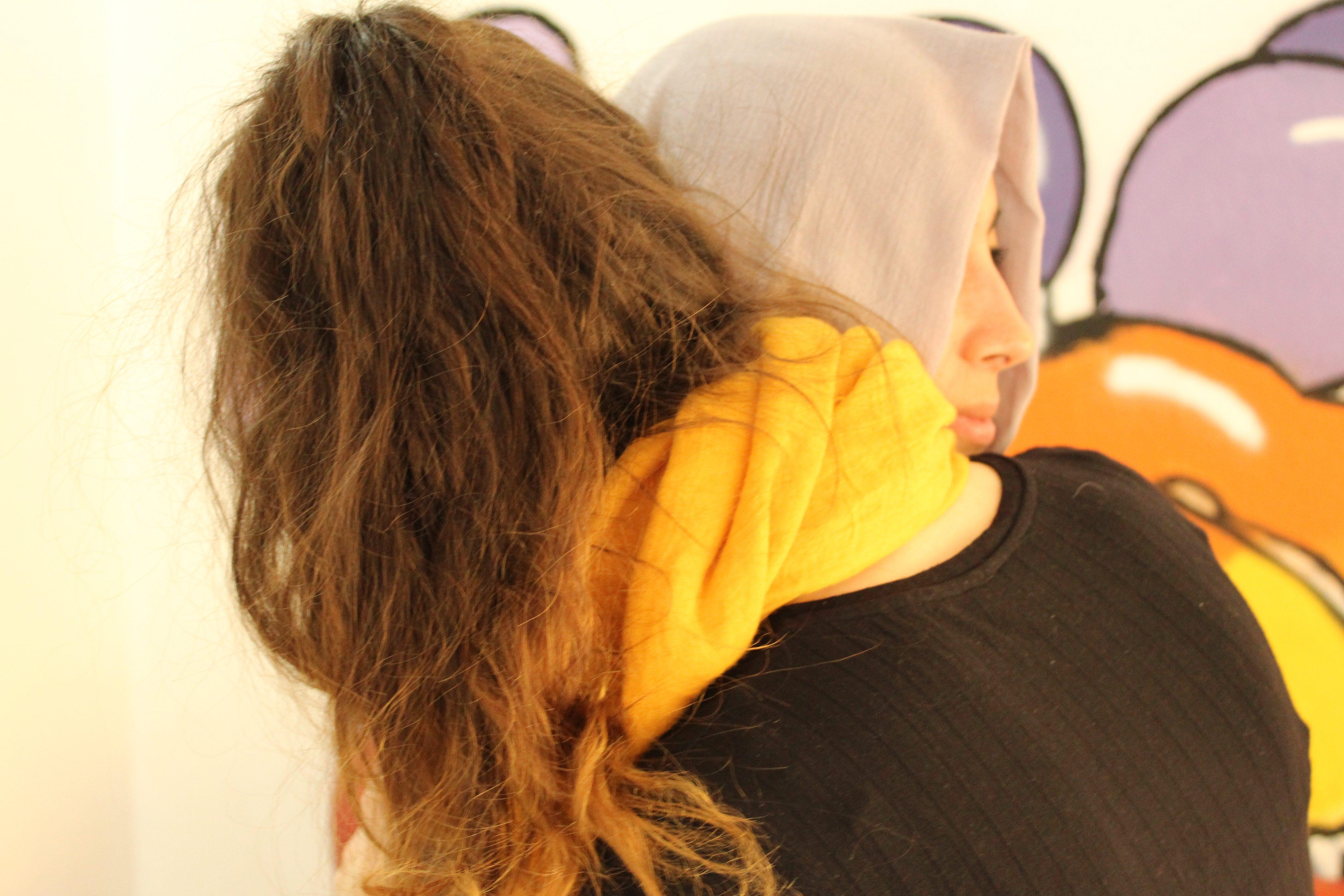 Umarmung zweier Frauen